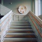 ギャラリーとしての機能ももつ光あふれる図書館のアートワーク